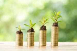 Krize vyvolaná šířením koronaviru ovlivnila každého z nás a nevyhla se ani finančním trhům. Úrokové sazby na spořicích účtech klesly na minimum, akcie se propadly. Řada domácností má strach o své finance a bojí se investovat. Jaké jsou podle odborníků výhledy do budoucna? Jak můžete ochránit své úspory před inflací? Dá se na současné krizi vydělat?
