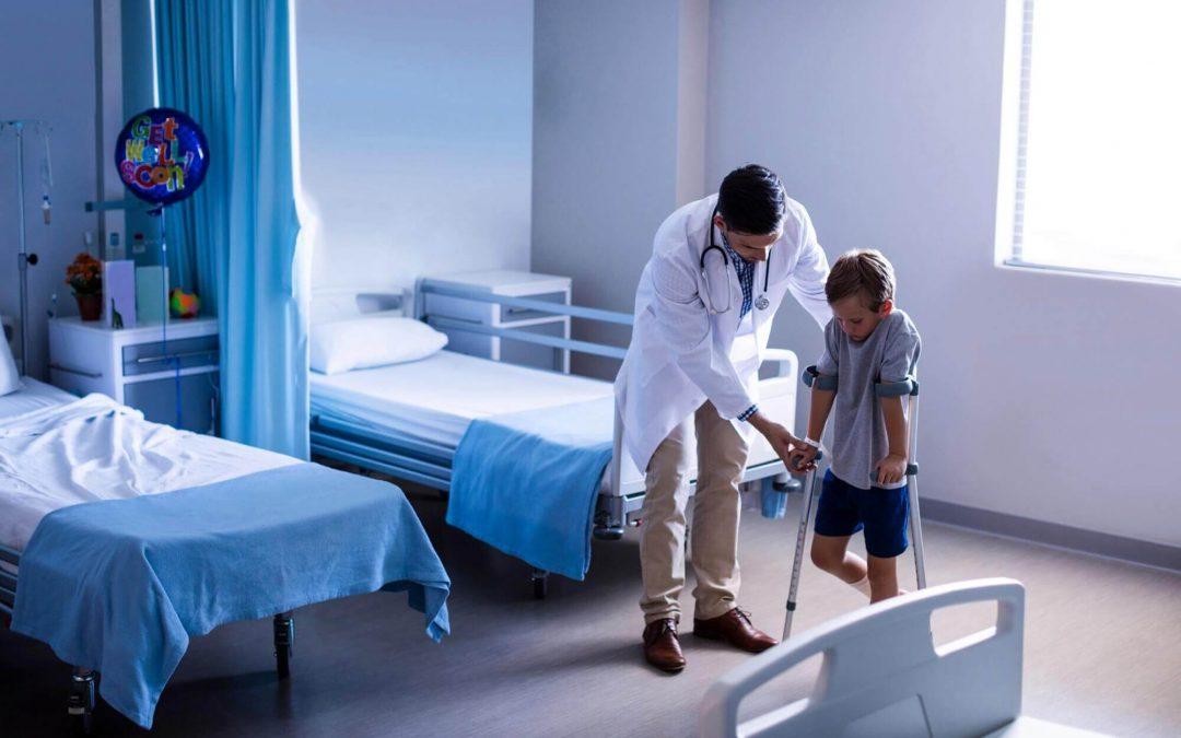 Rodiče chtějí pro své děti vždy to nejlepší. Třeba je spolehlivě chránit při nečekaných událostech, jakým bývají nejrůznější úrazy a nemoci, kterým bohužel nemůžeme zabránit. Pojištění pro děti v případě potřeby zajistí dostatečný finanční polštář nejen pro léčbu a rekonvalescenci. Jak ale při sjednání pojištění vybrat ten správný produkt a nepřijít v případě pojistné události zkrátka?